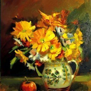 Flori galbene în cană de lut și măr